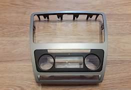 Рамка магнитолы Шкода Октавия А5 (1Z0858069acbe9) - Фото #1